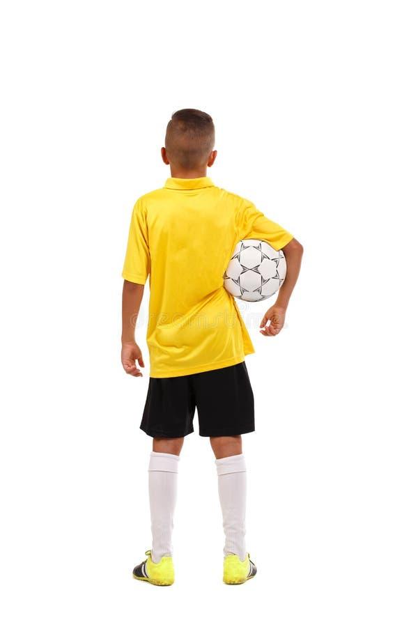Το ολόκληρο πορτρέτο ενός νέου αθλητικού τύπου στέκεται πίσω και κρατά μια σφαίρα απομονωμένη στο άσπρο υπόβαθρο στοκ εικόνες