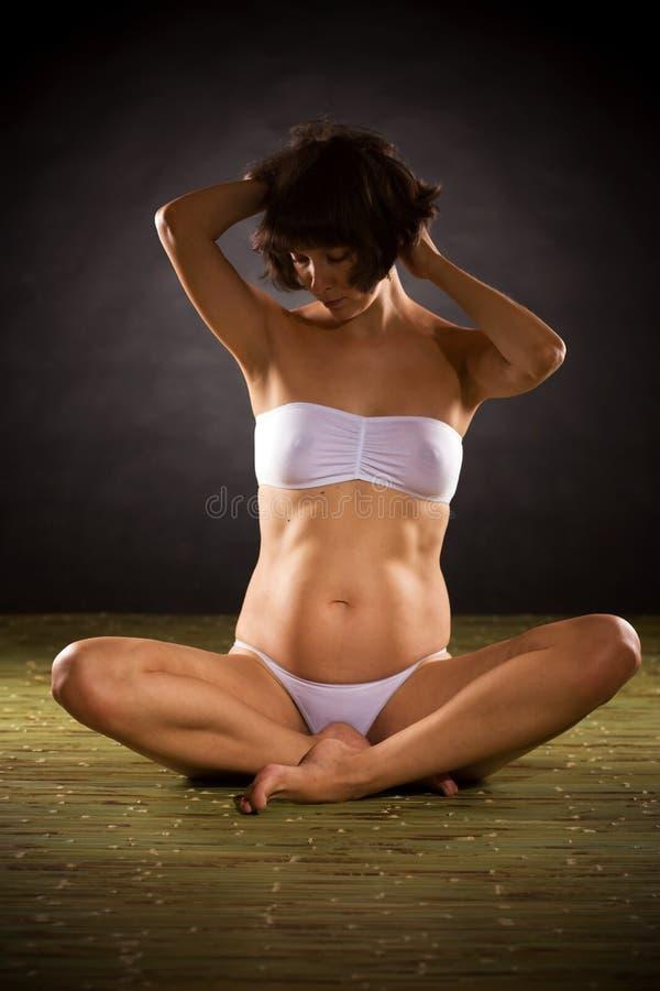 το πάτωμα έγκυο κάθεται τ&eta στοκ φωτογραφίες