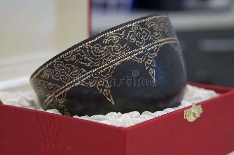 Το πέτρινος-καθορισμένο κύπελλο είναι παλαιό ταϊλανδικό ύφος χειροποίητο στοκ εικόνες με δικαίωμα ελεύθερης χρήσης