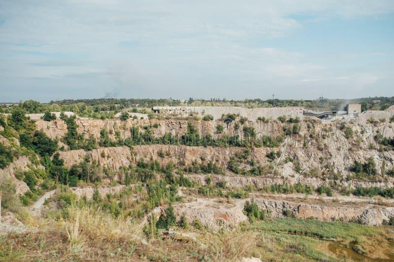 Το πέτρινο λατομείο με ανασκάπτει - ορυχείο ανοικτών κοιλωμάτων στοκ φωτογραφία με δικαίωμα ελεύθερης χρήσης