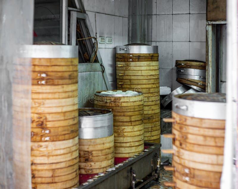 Το πίσω μέρος ενός παραδοσιακού αρτοποιείου που προετοιμάζει τα βρασμένα στον ατμό κουλούρια σε Wenzhou στην Κίνα στοκ εικόνες με δικαίωμα ελεύθερης χρήσης