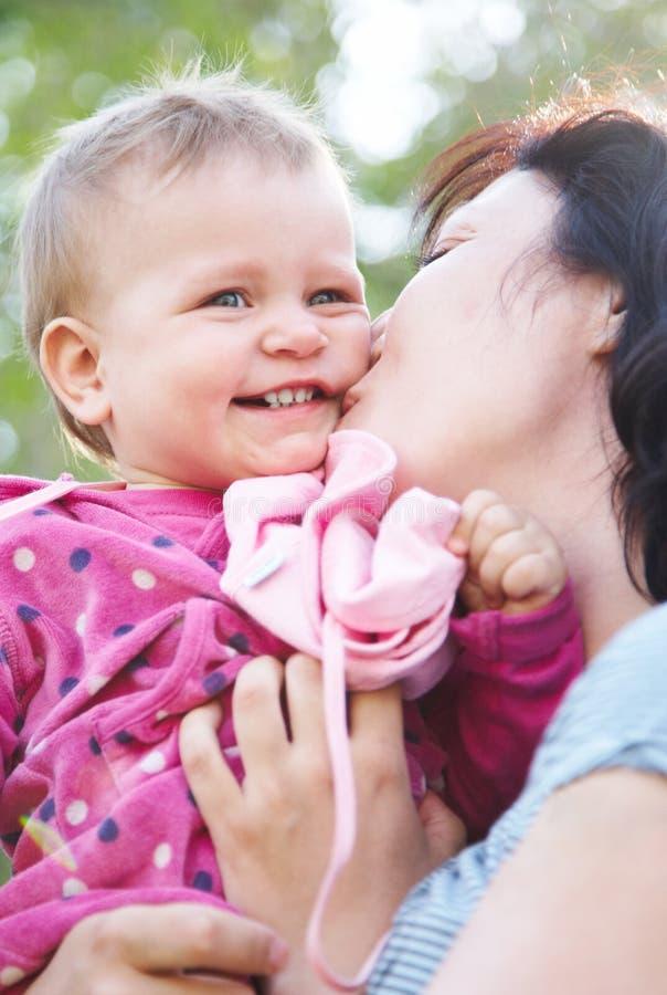 το παίζοντας μικρό παιδί mom τ&eta στοκ φωτογραφία