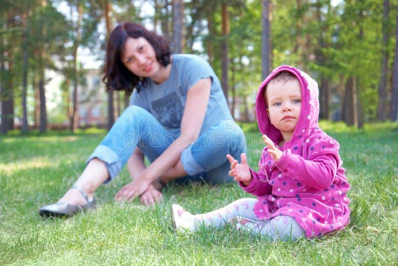 το παίζοντας μικρό παιδί mom τ&eta στοκ φωτογραφίες
