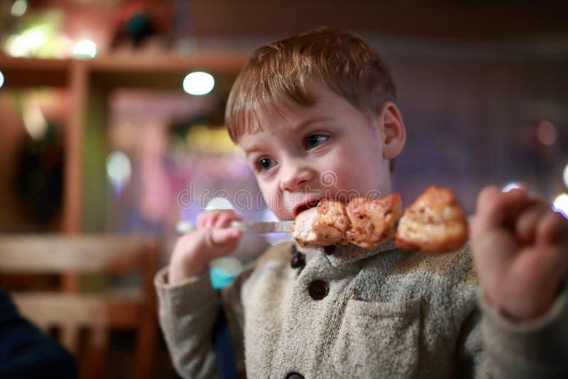 Το παιδί έχει kebab στο οβελίδιο στοκ φωτογραφίες
