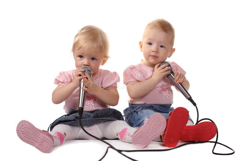 το παιδί ακούει μουσική  στοκ φωτογραφίες