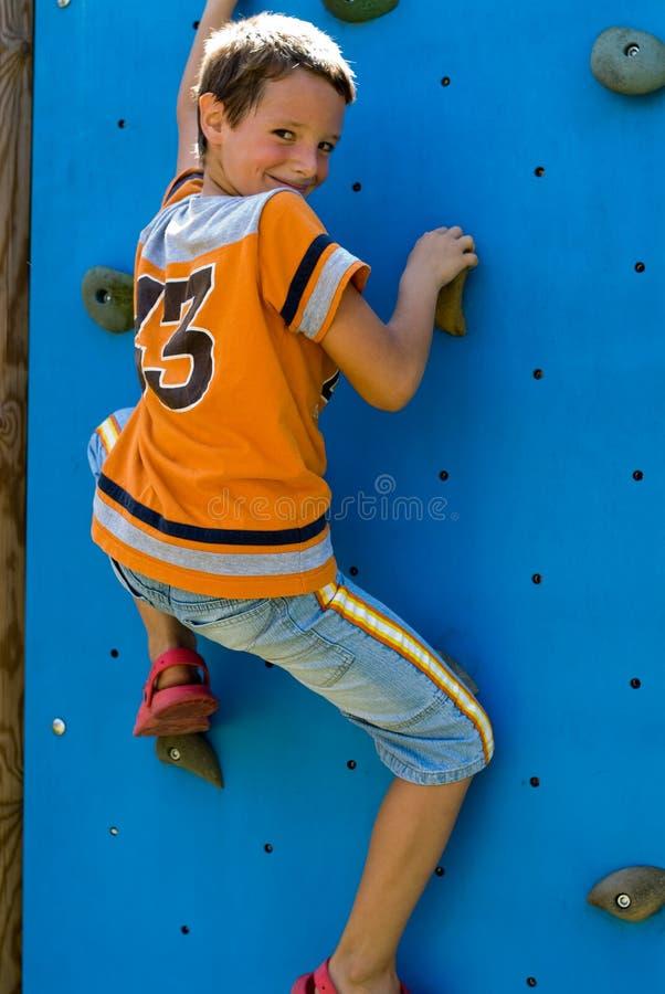 το παιδί αναρριχείται σε π στοκ φωτογραφία με δικαίωμα ελεύθερης χρήσης