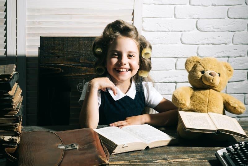 Το παιδί επιλέγει τη σταδιοδρομία του δημοσιογράφου ή του συγγραφέα στοκ φωτογραφία με δικαίωμα ελεύθερης χρήσης