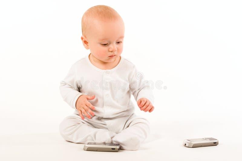Το παιδί επιλέγει το τηλέφωνο στοκ εικόνα με δικαίωμα ελεύθερης χρήσης