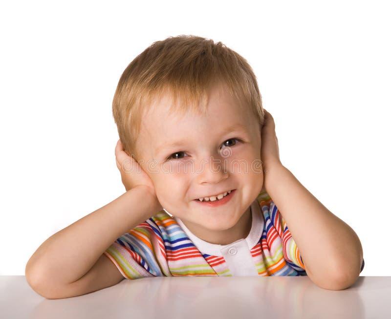 το παιδί κάθεται τον πίνακ&alp στοκ εικόνες