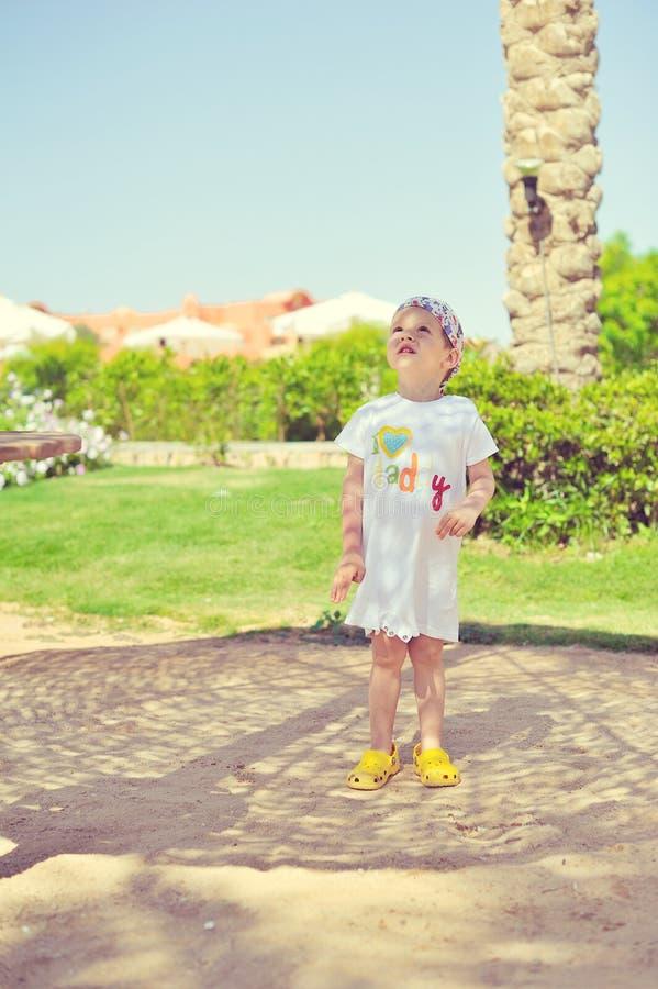 Το παιδί κάτω από έναν φοίνικα στοκ φωτογραφίες με δικαίωμα ελεύθερης χρήσης