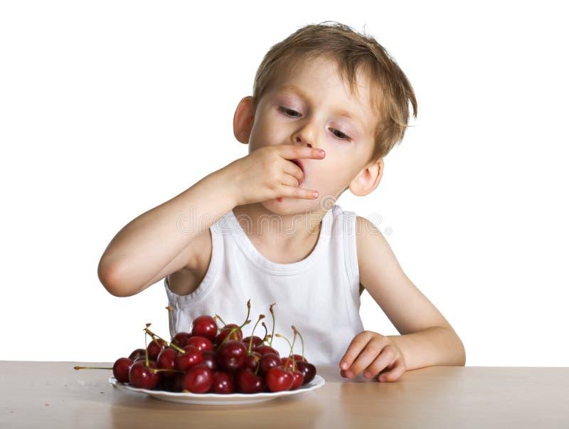 το παιδί κερασιών τρώει στοκ φωτογραφίες με δικαίωμα ελεύθερης χρήσης