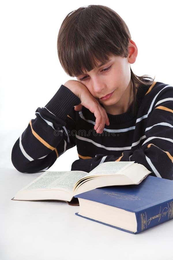 Το παιδί μελετά το μάθημα στοκ εικόνες