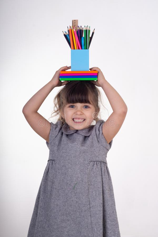 Το παιδί με σύρει και χρωματίζει τις προμήθειες Παιδιά ευτυχή να πάνε πίσω στο σχολείο r στοκ εικόνα με δικαίωμα ελεύθερης χρήσης