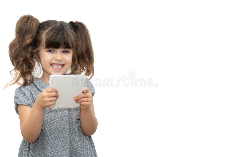 Το παιδί με τη μάνδρα και το κενό έγγραφο κρατούν στο κενό έμβλημα στο οποίο μπορείτε να γράψετε οποιοδήποτε κείμενο στοκ φωτογραφία με δικαίωμα ελεύθερης χρήσης
