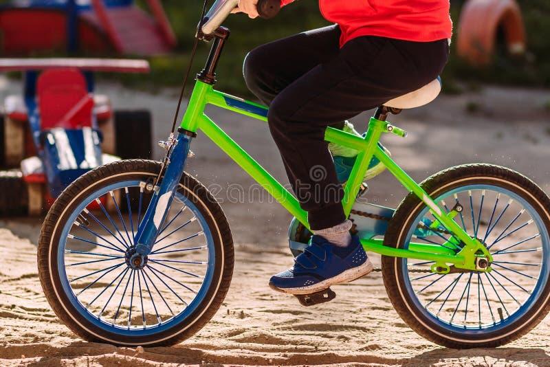 Το παιδί οδηγά ένα ποδήλατο στοκ εικόνες