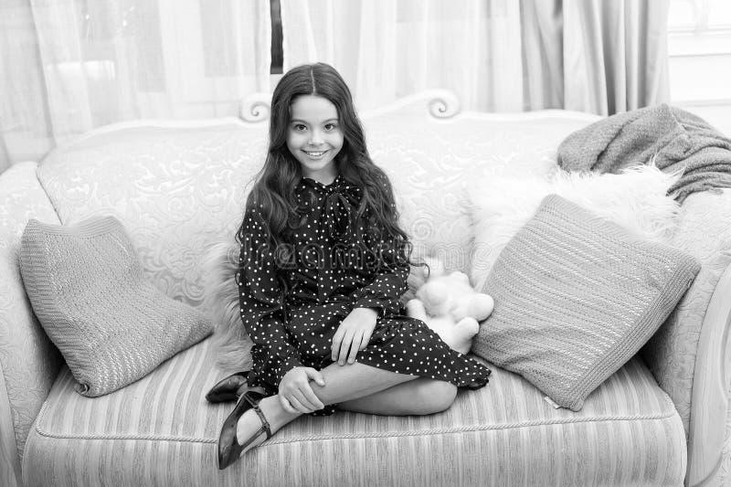 Το παιδί ονειροπόλο κάθεται τον καναπέ ονειρεμένος για το χριστουγεννιάτικο δώρο Έννοια χειμερινού ονείρου Μαγικός χρόνος Παραμον στοκ εικόνες με δικαίωμα ελεύθερης χρήσης