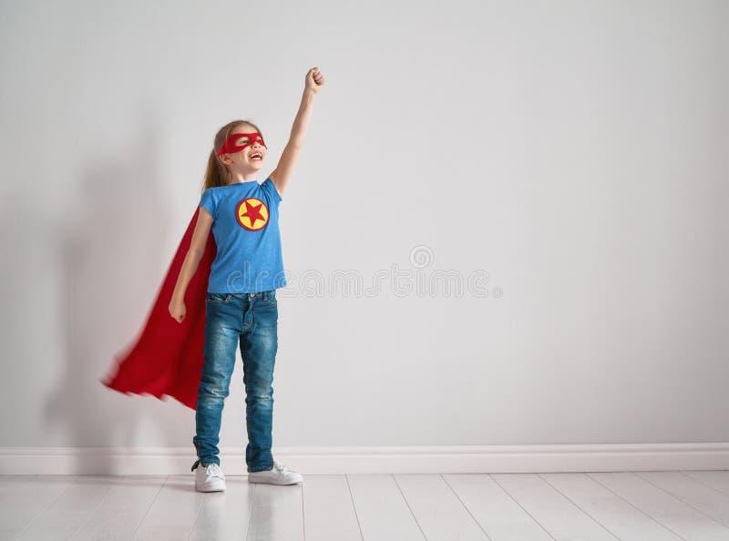 Το παιδί παίζει το superhero στοκ εικόνα