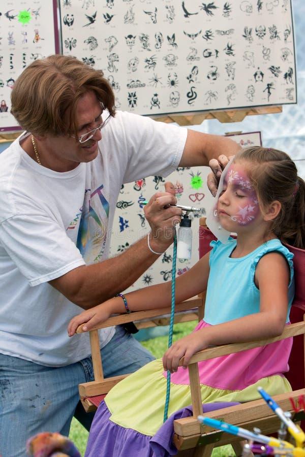Το παιδί παίρνει τον αέρα προσώπου βουρτσισμένο στο φεστιβάλ τεχνών στοκ φωτογραφία με δικαίωμα ελεύθερης χρήσης