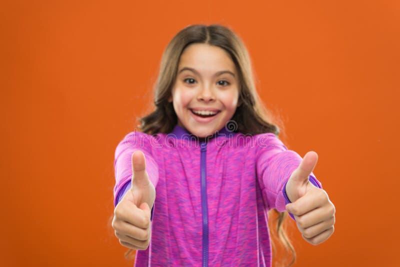 Το παιδί παρουσιάζει αντίχειρα Ευτυχής συνολικά ερωτευμένος τρυφερός κοριτσιών ή συστήνει ιδιαίτερα Αντίχειρας επάνω στο approvem στοκ φωτογραφίες