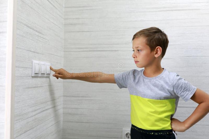 Το παιδί σβήνει το φως στοκ φωτογραφία με δικαίωμα ελεύθερης χρήσης