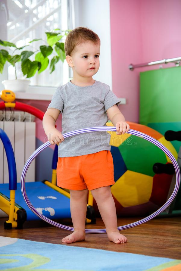 Το παιδί στη γυμναστική είναι δεσμευμένο με τη στεφάνη στοκ φωτογραφία με δικαίωμα ελεύθερης χρήσης
