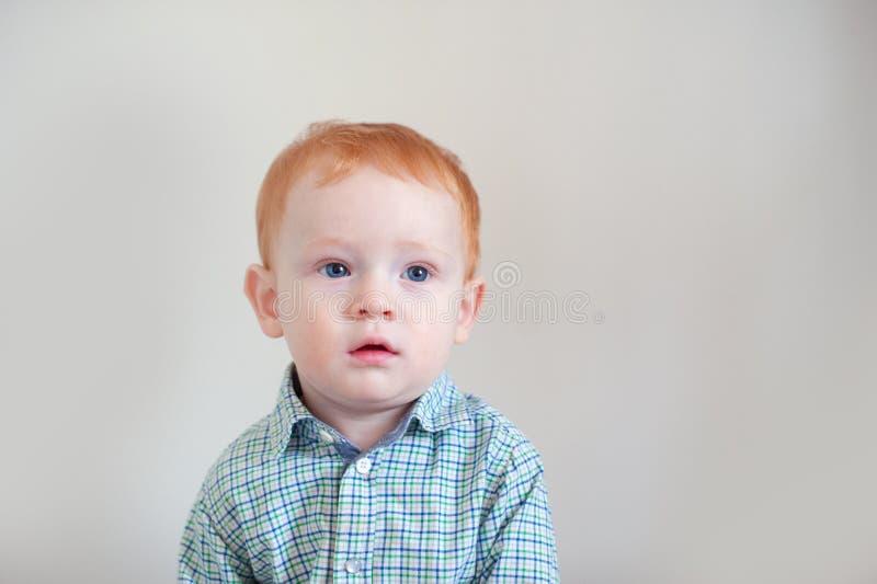 Το παιδί στο πουκάμισο σκέφτεται στοκ φωτογραφία με δικαίωμα ελεύθερης χρήσης