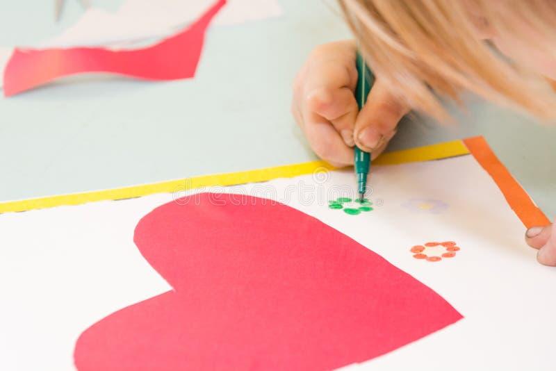 Το παιδί σύρει μια κάρτα Τα παιδιά συμμετέχουν στη ραπτική Το κορίτσι υπογράφει μια κάρτα στις 14 Φεβρουαρίου διανυσματική απεικόνιση