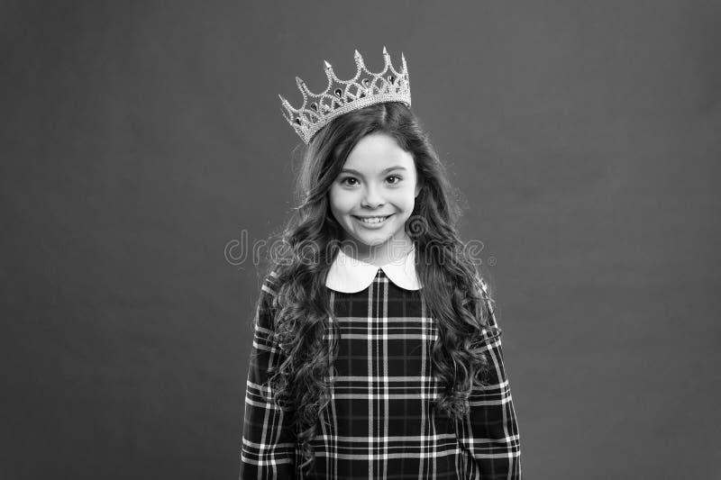 Το παιδί φορά τη χρυσή πριγκήπισσα συμβόλων κορωνών Κάθε να ονειρευτεί κοριτσιών γίνεται πριγκήπισσα Κυρία λίγη πριγκήπισσα Κόκκι στοκ φωτογραφία με δικαίωμα ελεύθερης χρήσης