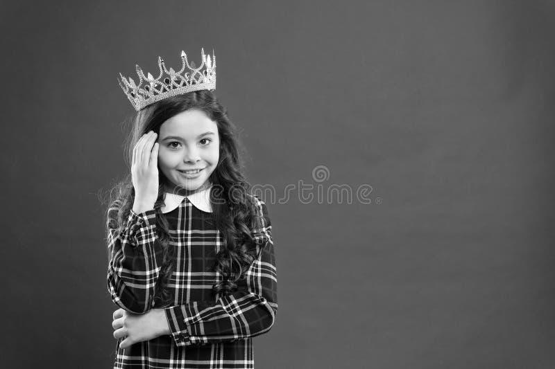 Το παιδί φορά το χρυσό σύμβολο κορωνών της πριγκήπισσας Κάθε κορίτσι που ονειρεύεται για να γίνει πριγκήπισσα Κυρία λίγη πριγκήπι στοκ εικόνες με δικαίωμα ελεύθερης χρήσης
