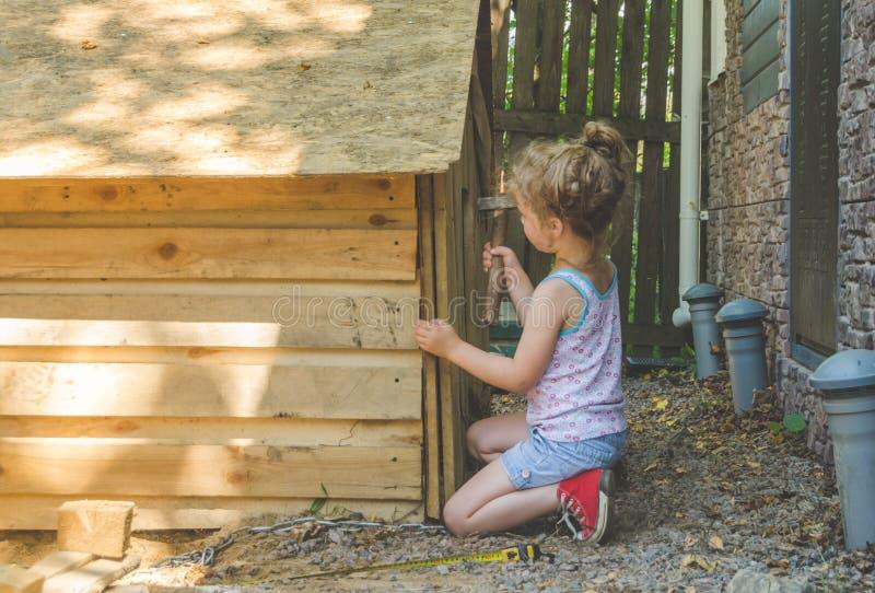 Το παιδί χτίζει το θάλαμο για τα σκυλιά στοκ φωτογραφίες με δικαίωμα ελεύθερης χρήσης