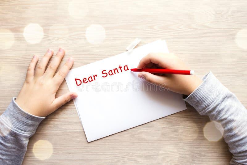 Το παιδί ` s δίνει την επιστολή γραψίματος σε Santa στοκ φωτογραφίες