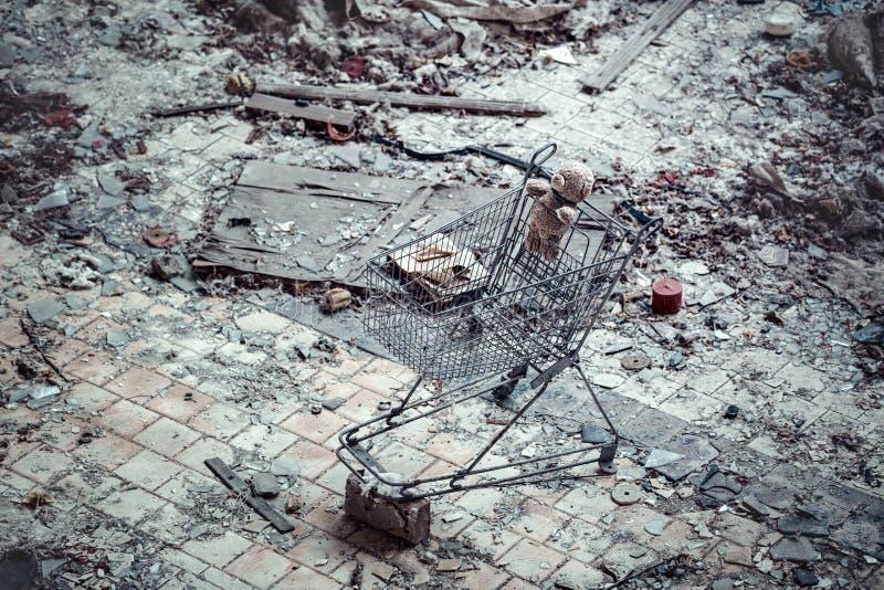 """Το παιχνίδι αφορά ένα καροτσάκι μετάλλων στο κατώτατο σημείο της λίμνης """"κυανής """"στην εγκαταλειμμένη πόλη Pripyat στοκ φωτογραφία με δικαίωμα ελεύθερης χρήσης"""