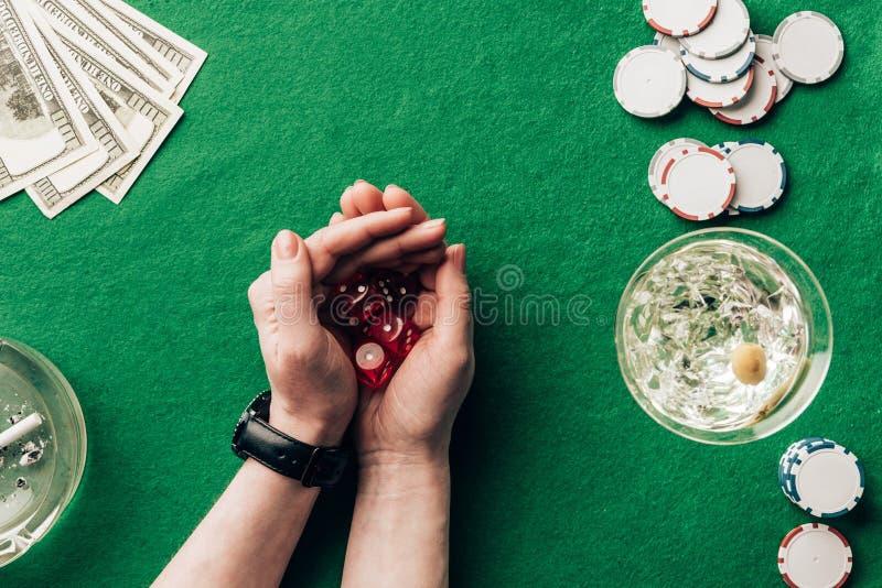 Το παιχνίδι γυναικών χωρίζει σε τετράγωνα το παιχνίδι από τον πίνακα χαρτοπαικτικών λεσχών με τα χρήματα στοκ φωτογραφία με δικαίωμα ελεύθερης χρήσης