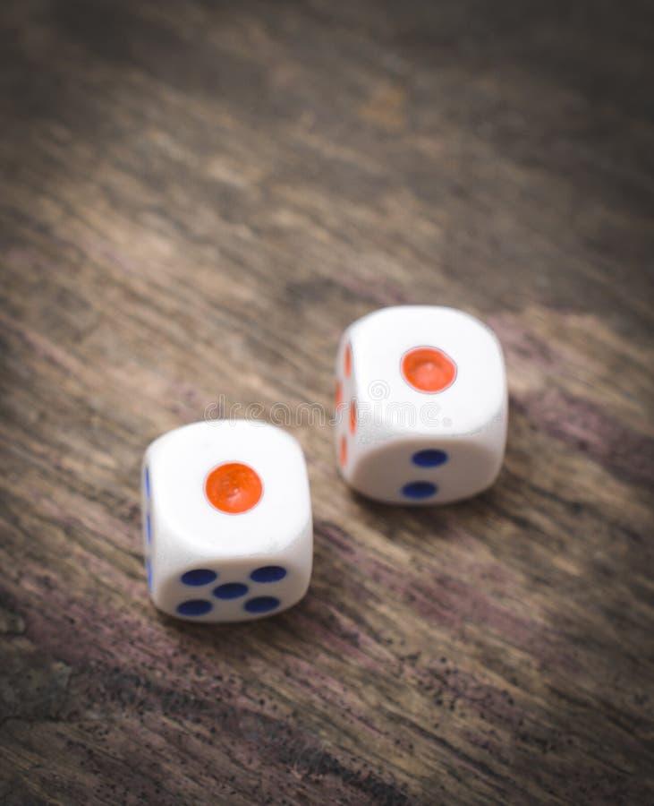Το παιχνίδι δύο χωρίζει σε τετράγωνα κοντά επάνω στον ξύλινο πίνακα στοκ εικόνες με δικαίωμα ελεύθερης χρήσης