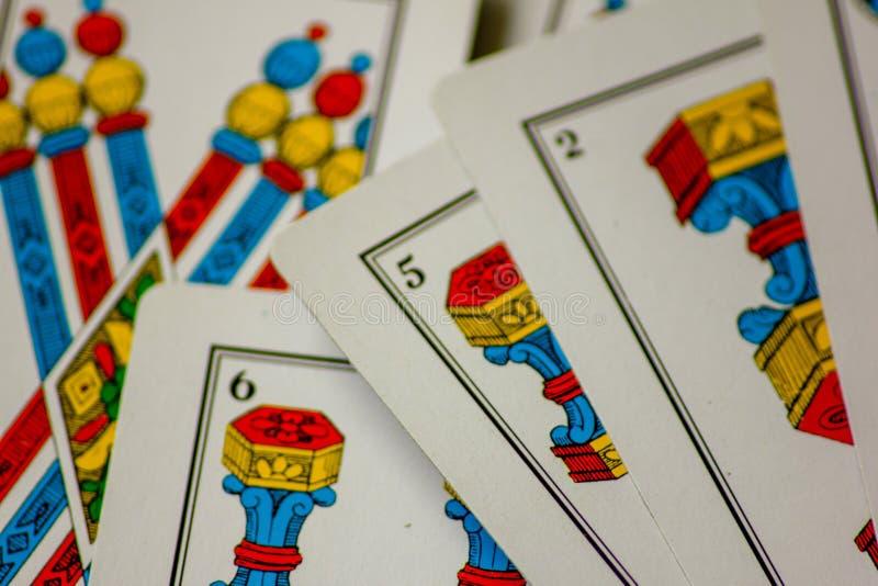 Το παιχνίδι καρτών περάσματα από τις οικογένειες στο νέο έτος για τη διασκέδαση στις χαρτοπαικτικές λέσχες αυτό είναι μια δέσμη τ στοκ φωτογραφία με δικαίωμα ελεύθερης χρήσης