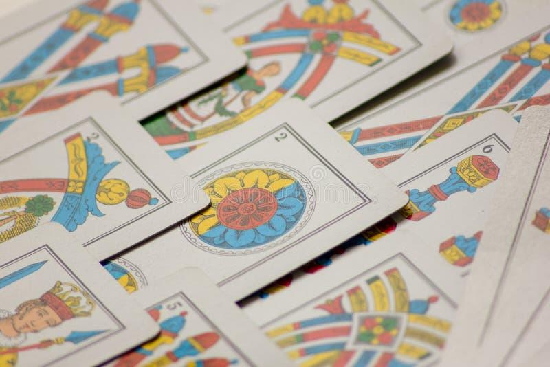 Το παιχνίδι καρτών περάσματα από τις οικογένειες στο νέο έτος για τη διασκέδαση στις χαρτοπαικτικές λέσχες αυτό είναι μια δέσμη τ στοκ φωτογραφίες