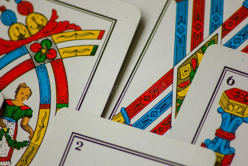 Το παιχνίδι καρτών περάσματα από τις οικογένειες στο νέο έτος για τη διασκέδαση στις χαρτοπαικτικές λέσχες αυτό είναι μια δέσμη τ στοκ εικόνες με δικαίωμα ελεύθερης χρήσης