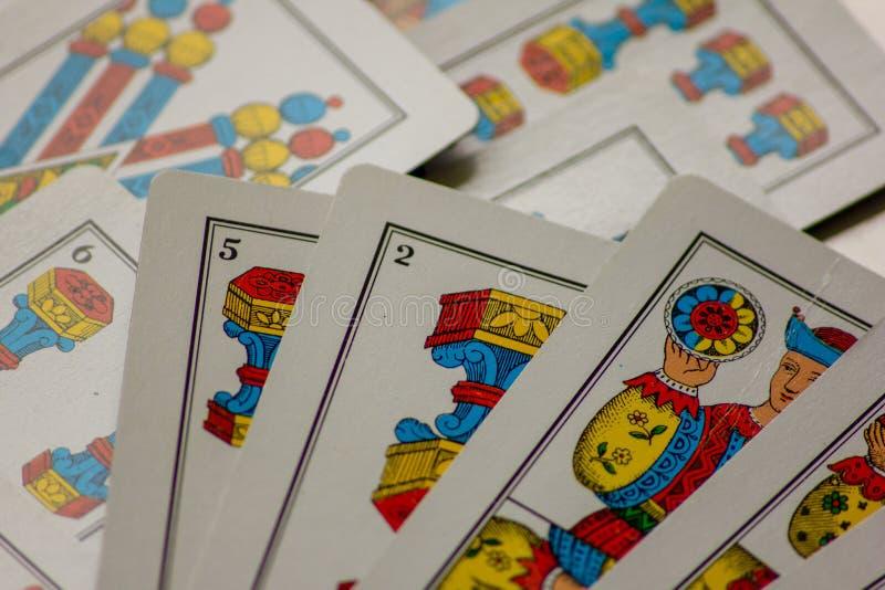 Το παιχνίδι καρτών περάσματα από τις οικογένειες στο νέο έτος για τη διασκέδαση στις χαρτοπαικτικές λέσχες αυτό είναι μια δέσμη τ στοκ φωτογραφίες με δικαίωμα ελεύθερης χρήσης