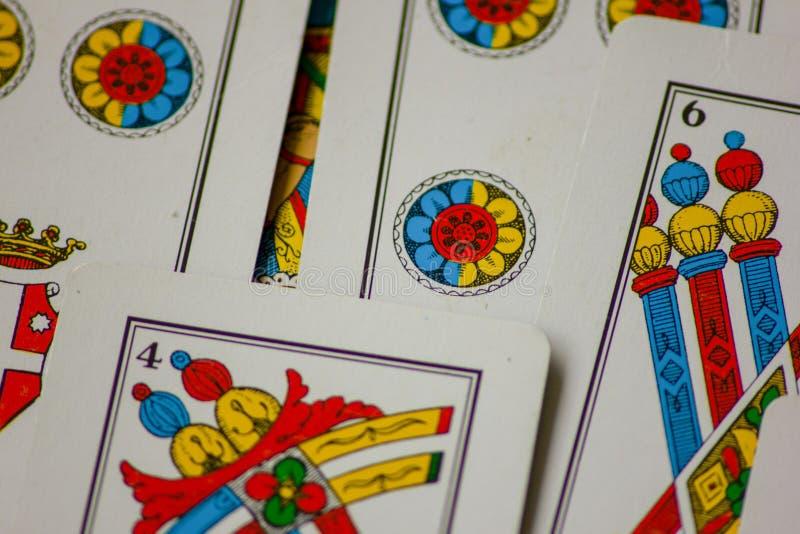 Το παιχνίδι καρτών περάσματα από τις οικογένειες στο νέο έτος για τη διασκέδαση στις χαρτοπαικτικές λέσχες αυτό είναι μια δέσμη τ στοκ εικόνα