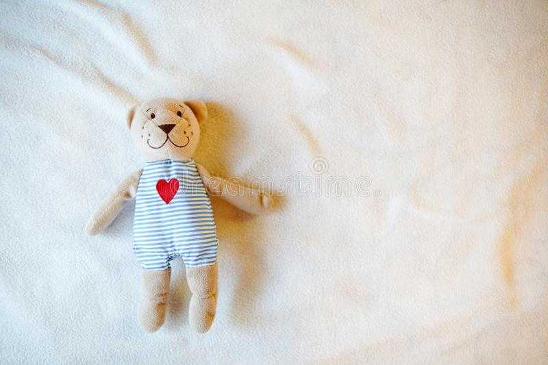 Το παιχνίδι μωρών teddy αντέχει με την καρδιά, υπόβαθρο παιδικής ηλικίας με την κενή θέση για το κείμενο διάστημα αντιγράφων στοκ φωτογραφία με δικαίωμα ελεύθερης χρήσης