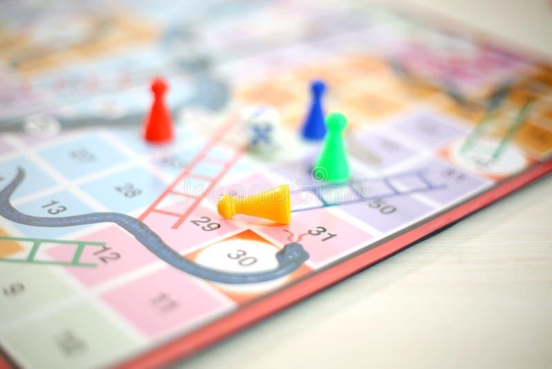 Το παιχνίδι φιδιών και σκαλών με τα σημεία και χωρίζει σε τετράγωνα στοκ εικόνες