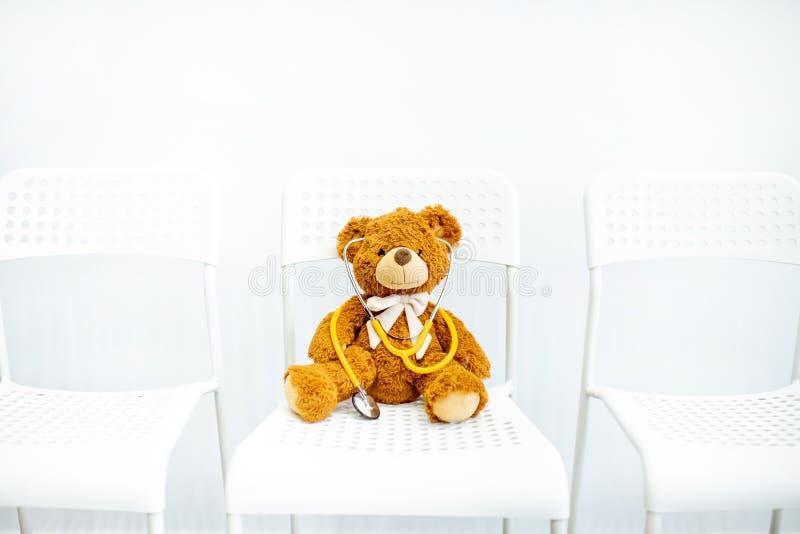 Το παιχνίδι teddy αφορά την καρέκλα στοκ εικόνες