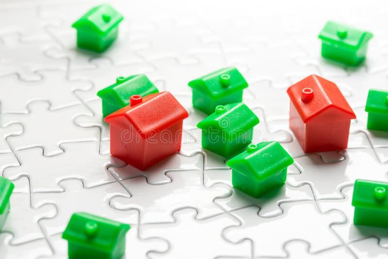 Το παιχνίδι ιδιοκτησίας & κτηματομεσιτικών αγορών, αγοράζει το σπίτι στοκ εικόνα