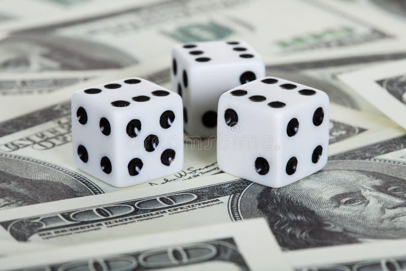 Το παιχνίδι χωρίζει σε τετράγωνα και αμερικανικά δολάρια στοκ εικόνες