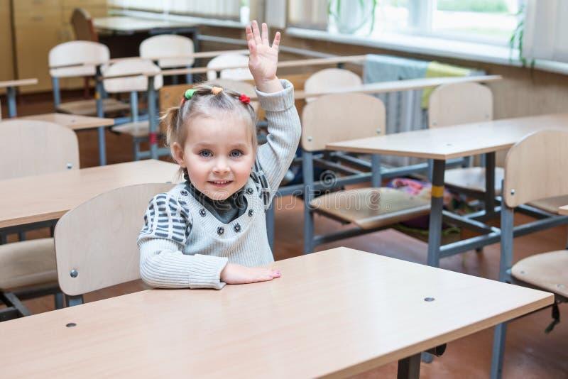 Το παιδί αυξάνει το χέρι του στοκ εικόνες