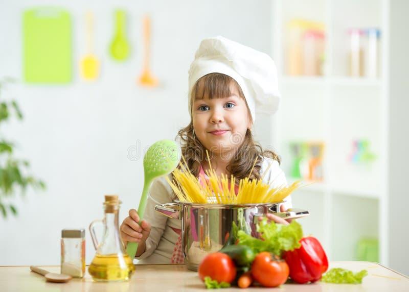 Το παιδί κάνει το υγιές γεύμα λαχανικών στην κουζίνα στοκ εικόνες με δικαίωμα ελεύθερης χρήσης