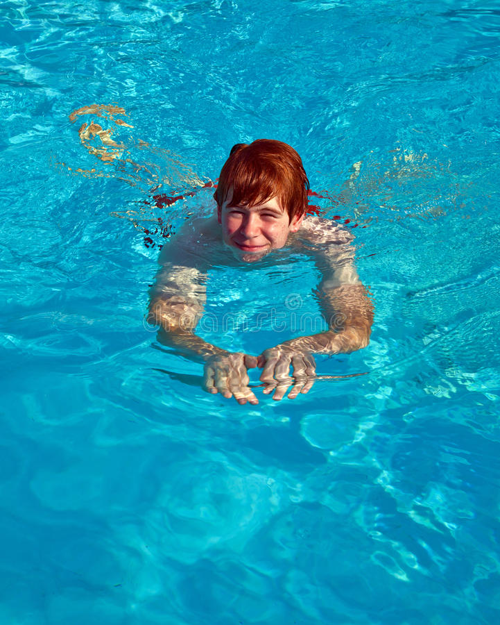Download Το παιδί κολυμπά στη λίμνη στοκ εικόνες. εικόνα από καθαρίστε - 62721534