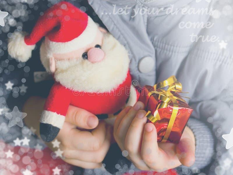 Το παιδί κρατά στο κιβώτιο και το παιχνίδι του Άγιος Βασίλης δώρων χεριών στοκ φωτογραφίες με δικαίωμα ελεύθερης χρήσης