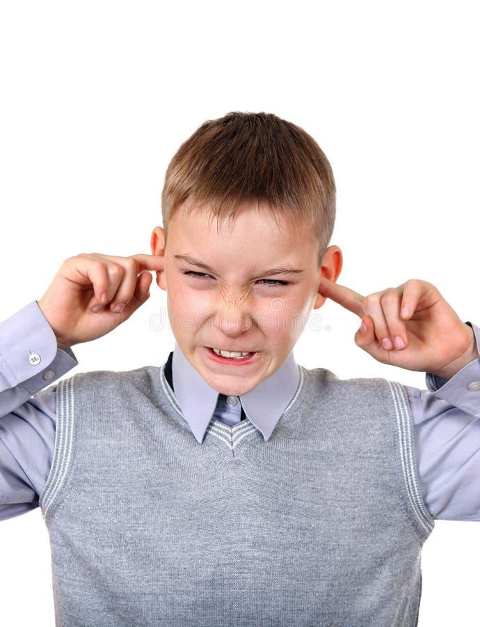 Το παιδί κλείνει τα αυτιά στοκ φωτογραφίες