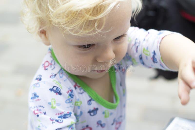 Το παιδί μαθαίνει με το ενδιαφέρον τον εξωτερικό κόσμο στοκ φωτογραφία με δικαίωμα ελεύθερης χρήσης